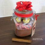 Homemade hot chocolate in a jar : edible Christmas gift guide.
