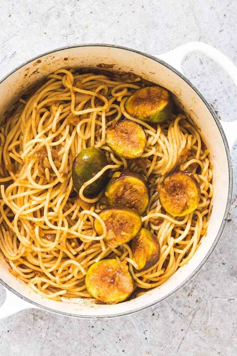 Whip up this easy saffron sauce pasta with figs in less than 15 min. Suitable for vegetarians and over the top delicious. #saffronsauce #creamysaffronsauce #saffronsaucepasta #butterpastasauce
