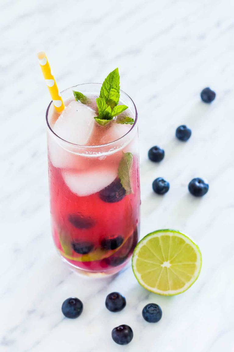 Refreshing & simple blueberry mojito recipe made with 6 ingredients - fresh blueberries, mint, lime, white rum, sugar and soda water. | recipesfromapantry.com.