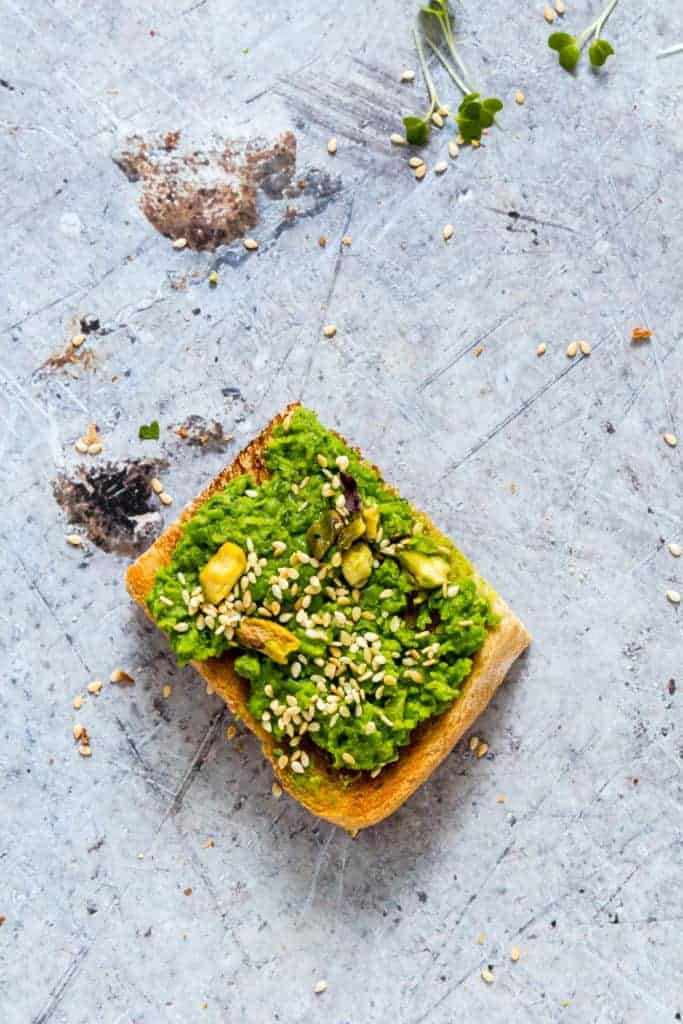 This easy creamy peas on toast recipe makes the perfect brunch treat. It is suitable for vegans and vegetarians. recipesfromapantry.com