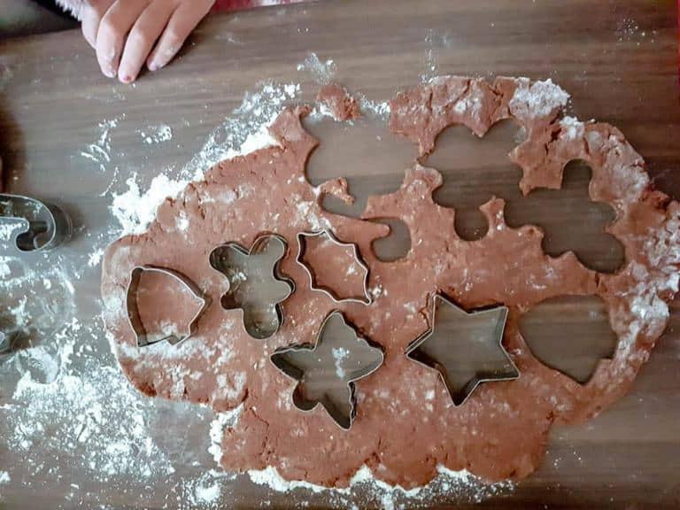 Pierniczki świąteczne dough cut into shapes -5