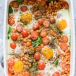 Beanz baked eggs with spinach and tomatoes are easy to make with only 5 essential ingredients – yet comfort food at its best. #bakedbeanz #bakedbeans #beanrecipes #bakedbeanzwithspinachandtomatoes #easybreakfastrecipes #5ingredientrecipes