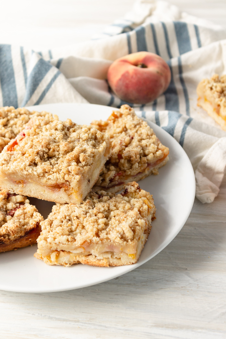 a plate of the completed peach crumb bars