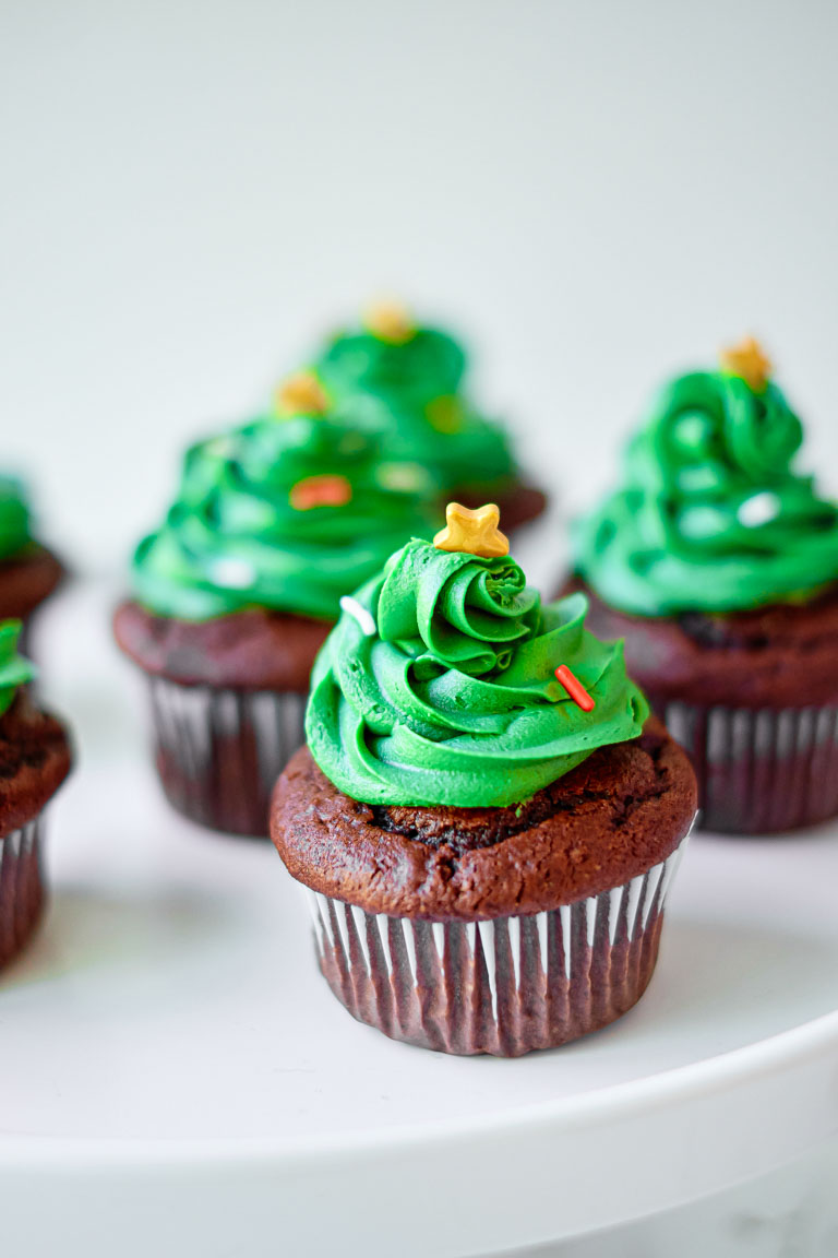 the finished cupcakes decorated like christmas trees