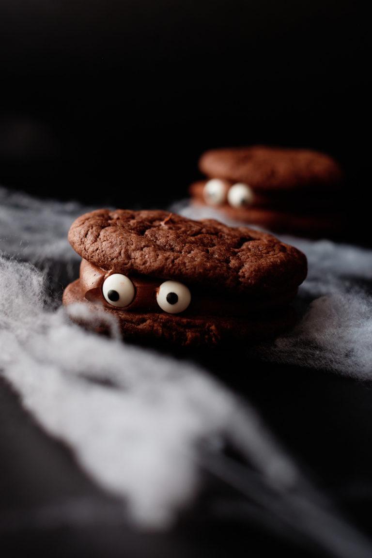 one monster eye ball cookie sandwich