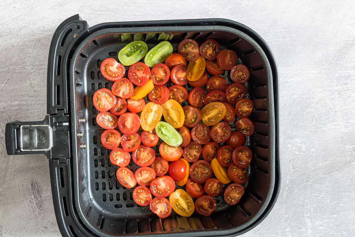 cut tomatoes in a air fryer basket