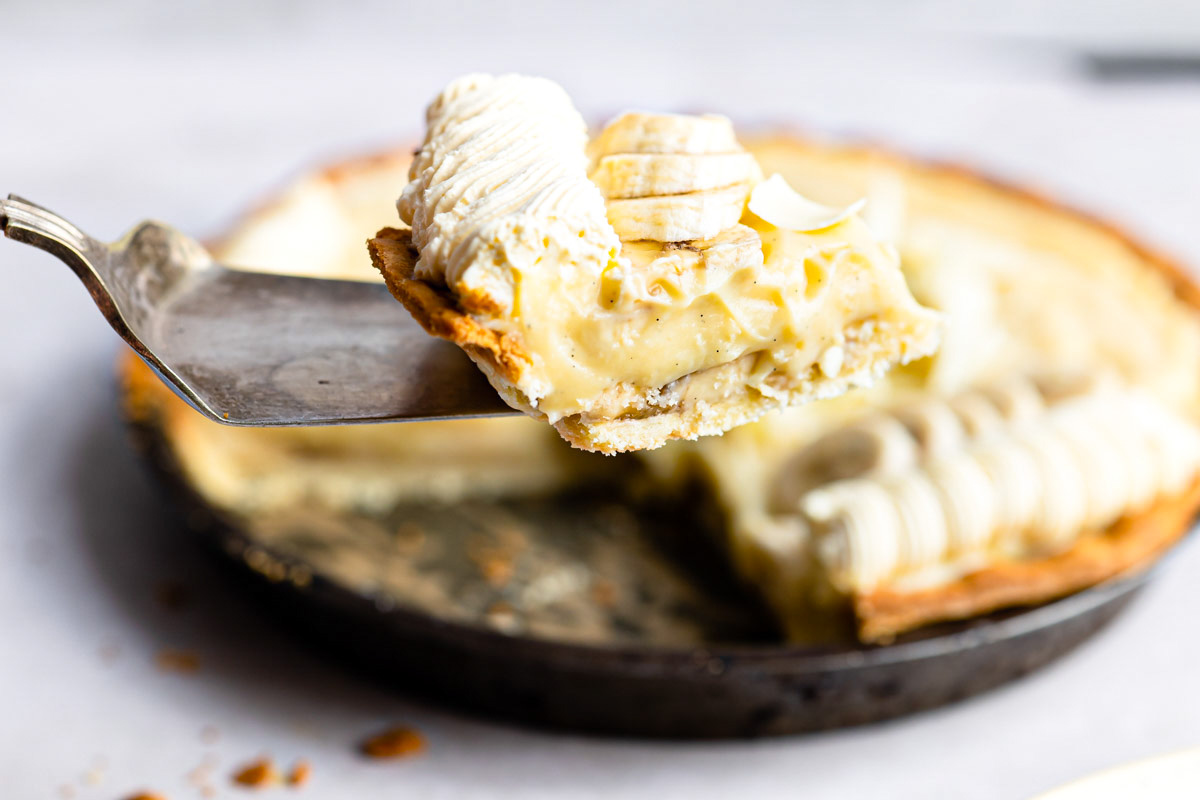 the finished banana cream pie being served